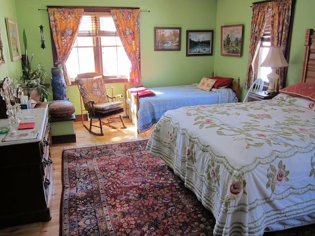 Clarendon Springs B&B, 1 Medium Room, 1-4 Guests - West Rutland - Bed & Breakfast