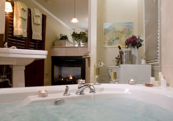 Luxury King Suite Jacuzzi Fireplace - Oak Park - Bed & Breakfast