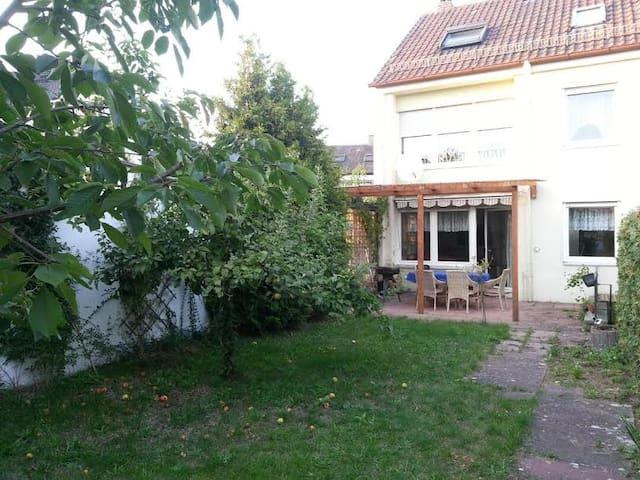 Haus in Roth nahe Bhf mit Garten - Roth - Hus