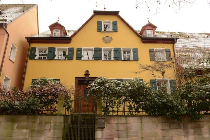 """Ferienwohnung """"Gelbes Haus am Park"""" - Lauf an der Pegnitz - Hus"""
