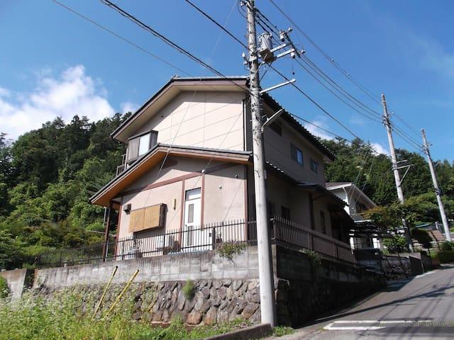 A small house on the outskirts. - Tsuru-shi