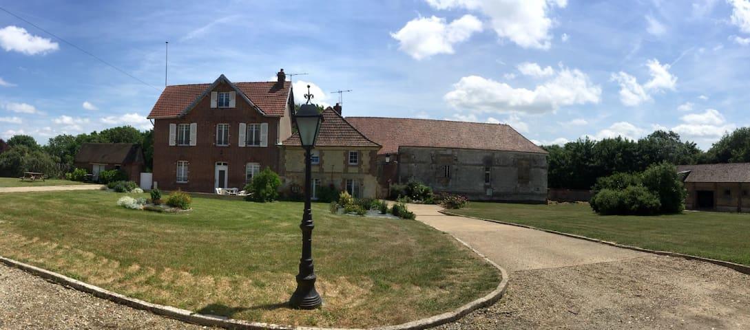 Maison de charme avec grand jardin. - Auneuil
