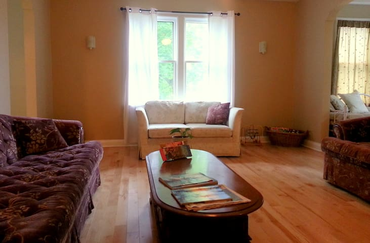 Cozy Country Living in the City - Moncton - Hus