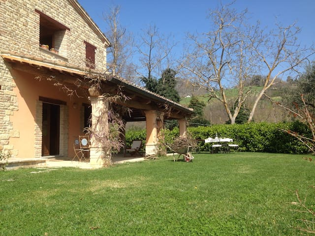 Splendida villa immersa in collina - Montefelcino