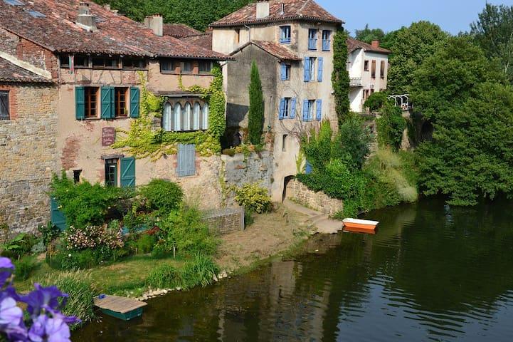 maison médiévale en bord de rivière - Saint-Antonin-Noble-Val - 家庭式旅館