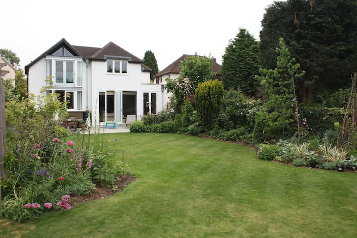 Spacious 4 bed home, pretty garden - Thames Ditton - Hus