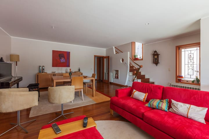 Room/Terrace & Cool atmosphere (Y) - Santa Maria da Feira - Huis