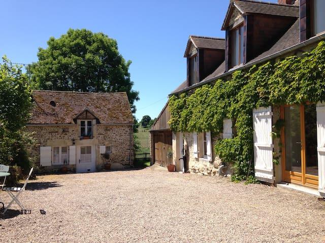 Large, Sunny Farmhouse Apartment - Brieux - Leilighet