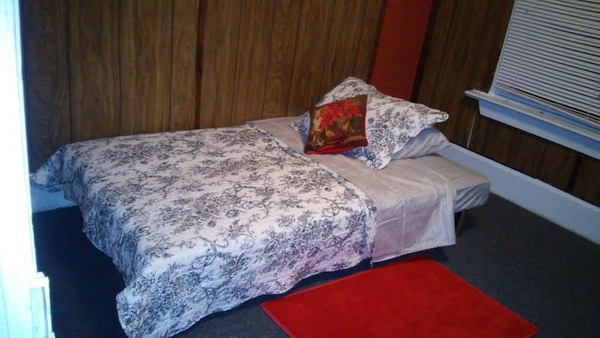 Julia's Plc- Budget Clean Cozy Home - Harrisburg - Ev