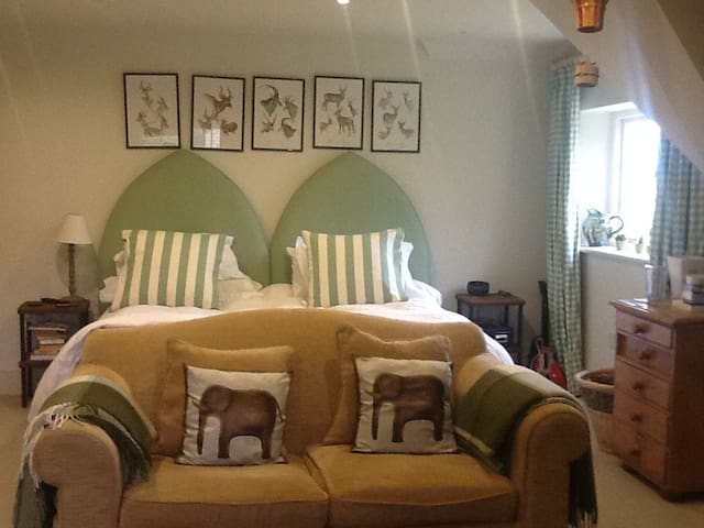 Double en suite Bedroom - Chelworth - Bed & Breakfast