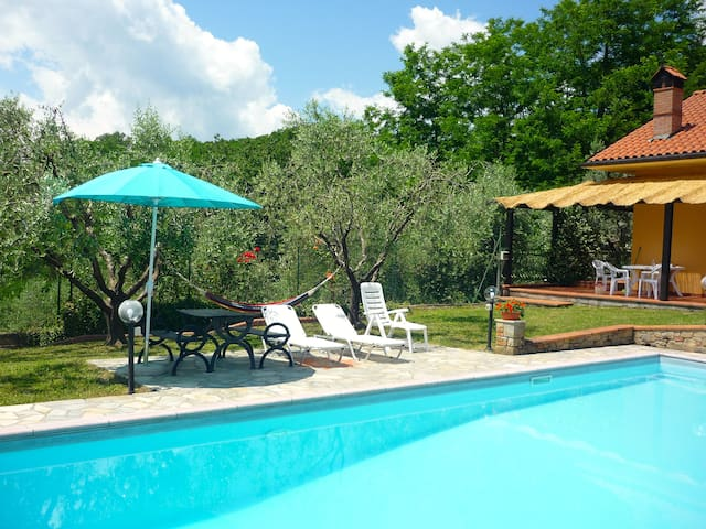 Cottage with private swimming-pool - Lucignana - 一軒家