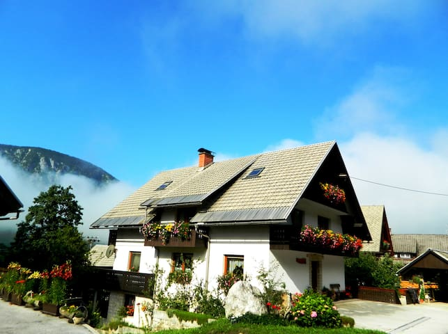Room with balcony for two people - Srednja Vas v Bohinju - Casa