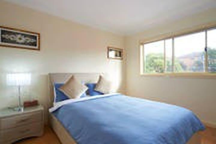 """Wind Chimes"" Room (3) for Charmers - Hurstville - Huis"