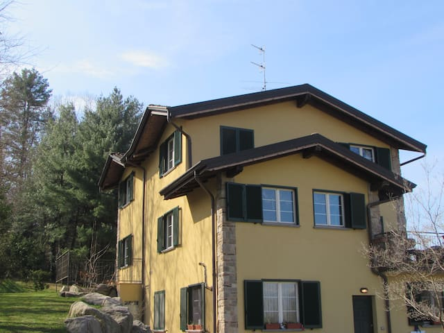 Beautiful Villa next to golfcourse - Travedona-monate - Hus
