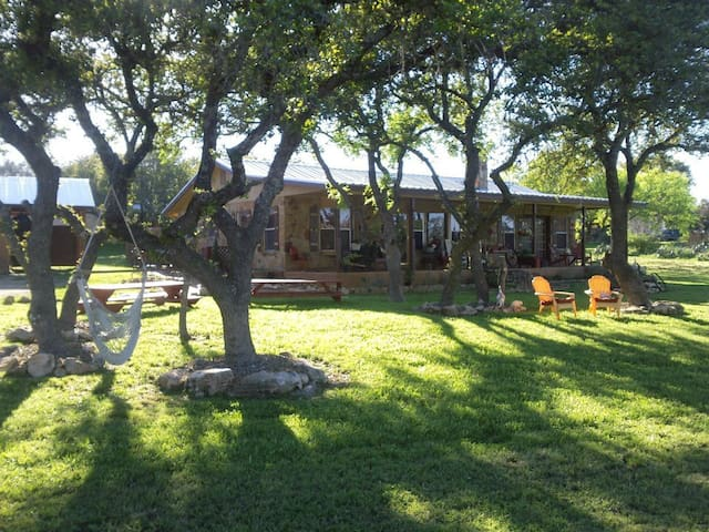 Jill's Bistro & Bunkhouse in the Hill Country - Spicewood - Bed & Breakfast