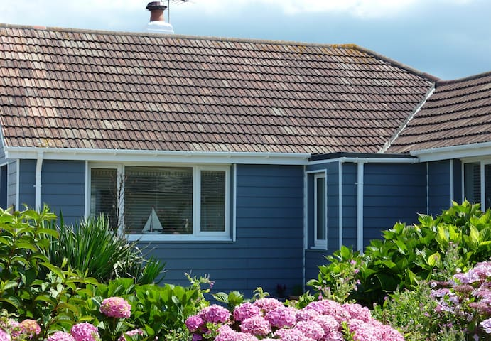 Dolphins Beach Retreat (May-Sept) - Widemouth Bay - Bungalow