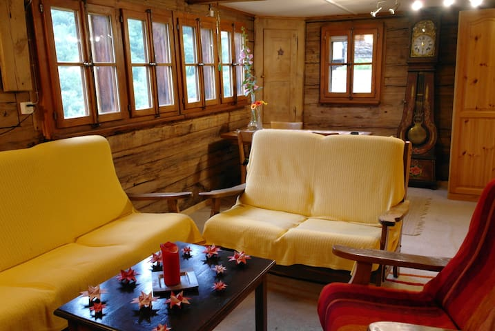 Old Swiss house with BBQ area - Zeneggen - Appartement