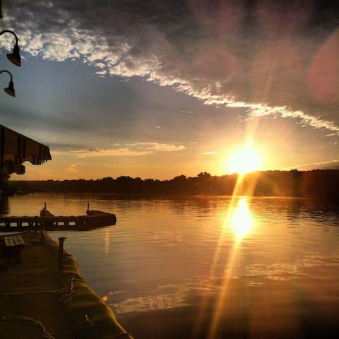 Lakefront apartment, sunset views - Mt Arlington