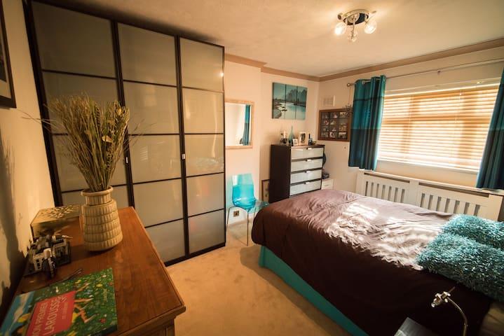 Spacious Peaceful Modern Bedroom - Chigwell