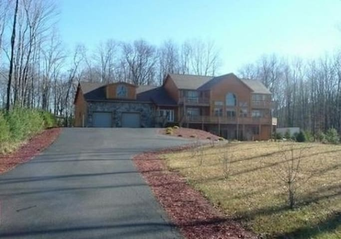 Luxury Vacation Home Sleeps 12 - McHenry - Ev