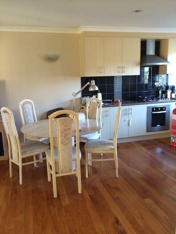 lovely 3 bedrooms near by main road - Macgregor - Casa