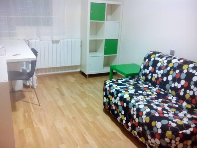 Habitación con baño independiente - Ávila - Şehir evi