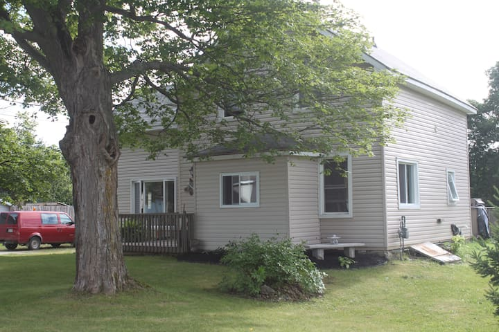 Spacious Wiarton Home-large yard, deck, pool & BBQ - Wiarton