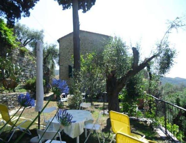 Lovely country house with garden - Praelo
