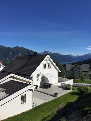 Fjord and mountain view in Stranda - Stranda - Apartamento